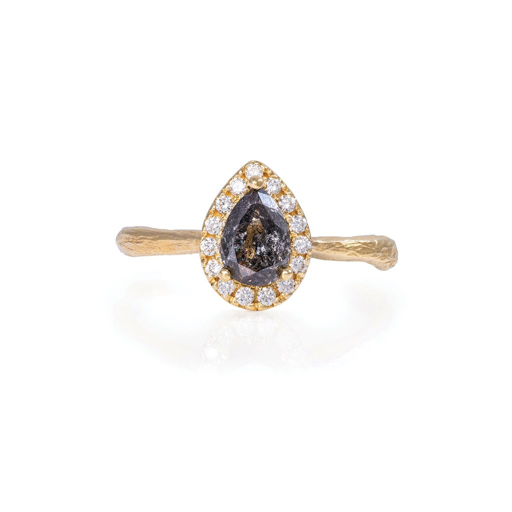 Chupi_Blog_New_Engagement_Rings_Queen_Of_Hearts_Pear